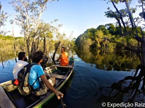 (Nem toda trilha é de terra. Aqui, os dois atravessam as vias fluviais amazônicas pelo rio Tapajós. Foto: Expedição Raiz.)