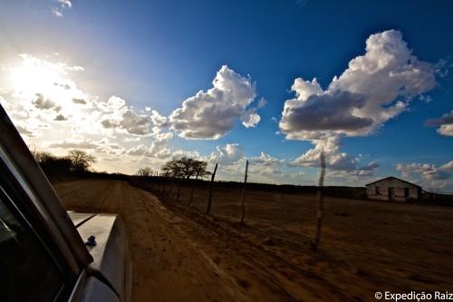 (Estrada de terra, registrada do interior d'Ela. Foto: Expedição Raiz.)