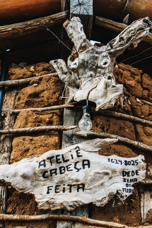 (Detalhe da fachada do Cabeça Feita.)