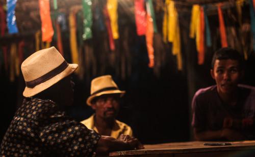 (Mestre Anderson e maracatuzeiros no terreiro da Cambinda Brasileira em Nazaré da Mata - PE.)