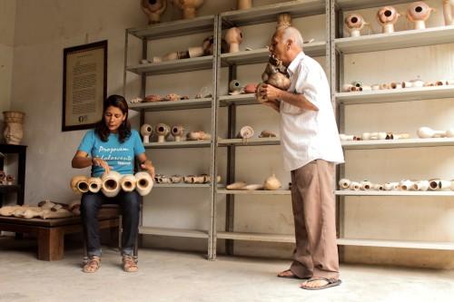 (Sara e seu pai, Mestre Nado, tocando juntos em sua oficina em Olinda.)