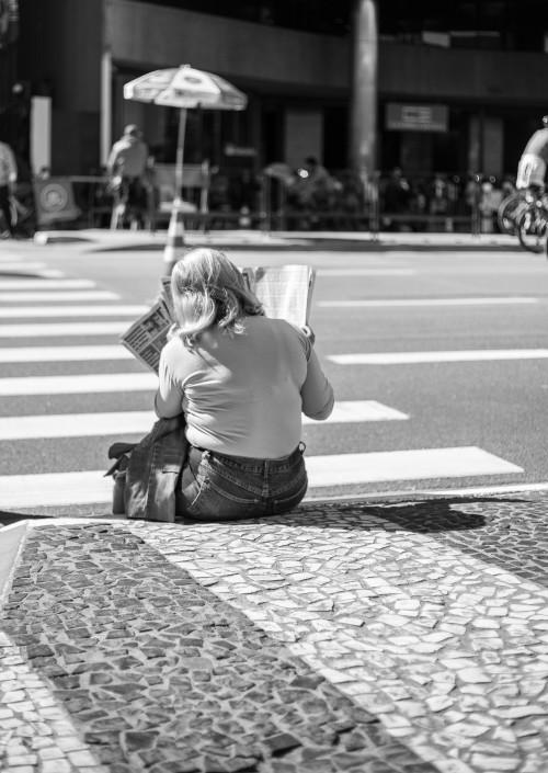 Leitora na calçada do Conjunto Nacional.