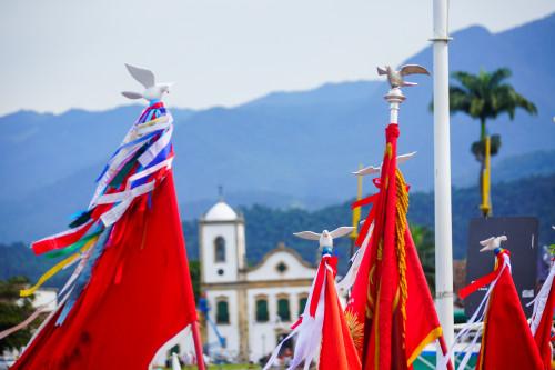 Mastros do Divino e Igreja de Santa Rita. Foto: PASCOM da Igreja Nossa Sra. Dos Remédios